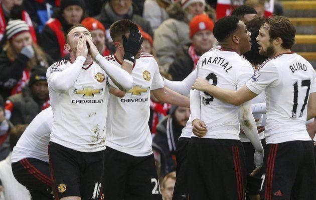 Hráči Manchesteru United oslavují branku Waynea Rooneyho v utkání na Anfield Road.