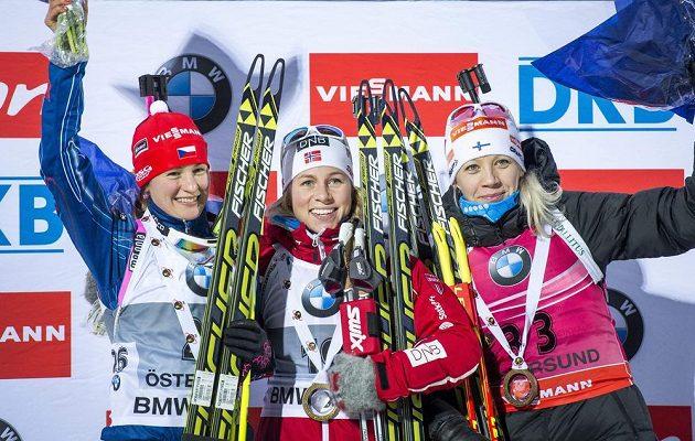 Biatlonistky Veronika Vítková (vlevo), vítězka Tiril Eckhoffová z Norska (uprostřed) a Finka Kaisa Mäkäräinenová po sobotním sprintu ve švédském Östersundu.