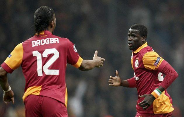 Didier Drogba z Galatasraye se raduje se spoluhráčem Emmanuelem Ebouém z gólu do sítě Realu Madrid.