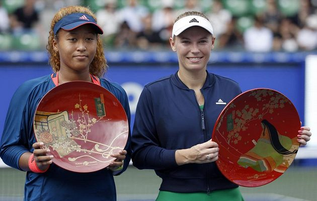 Finalistky tenisového turnaje v Tokiu, zleva poražená domácí Japonka Naomi Ósakaová, vpravo vítězka Caroline Wozniacká z Dánska.