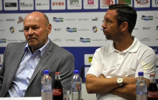 Nový trenér FC Viktoria Plzeň Miroslav Koubek (vlevo) na tiskové konferenci.