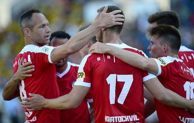 Hráči Brna se radují v Teplicích z gólu, zleva vpředu Jan Polák, Miloš Kratochvíl a Milan Lutonský.