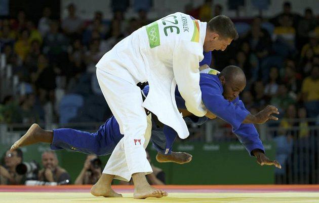 Judista Lukáš Krpálek (v bílém kimonu) v úvodním souboji kategorie do 100 kg s Portugalcem Jorgem Fonsecou.