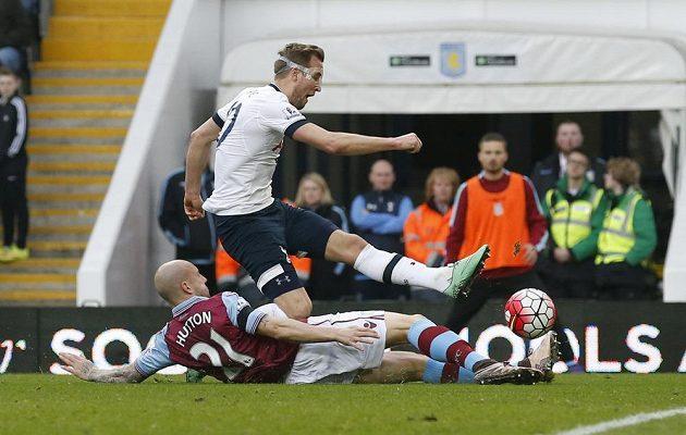 Útočník Tottenhamu Harry Kane (v bílém dresu) střílí gól do sítě Aston Villy. Zablokovat se ho snaží domácí obránce Alan Hutton.