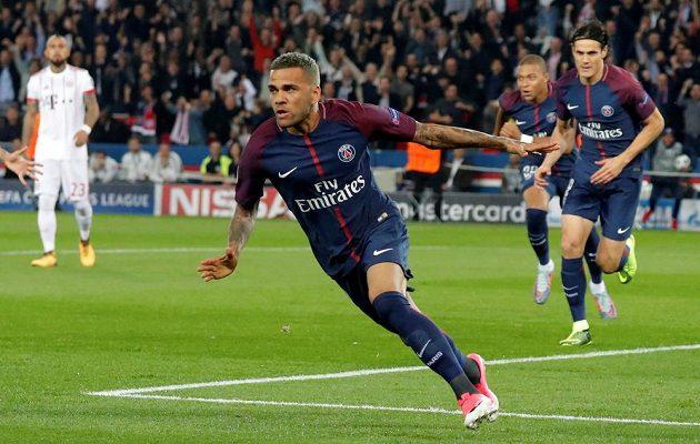 Dani Alves z PSG poté, co dal vedoucí gól proti Bayernu.