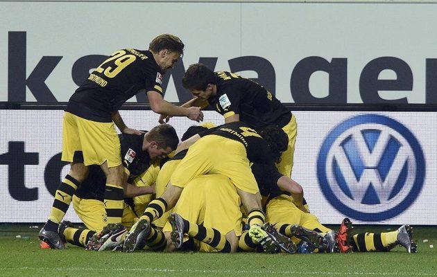 Radost hráčů Dortmundu poté, co se znovu ujali vedení proti Wolfsburgu.