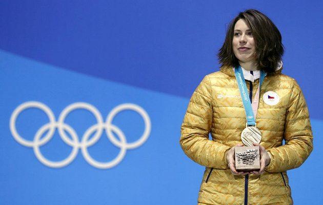 Eva Samková může být na sebe hrdá. Z olympijských her si česká snowboardkrosařka odveze bronz.