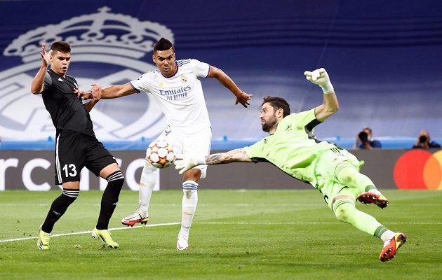 Brankář Šeriffu Tiraspol Georgios Athanasiadis řeší situaci před Casemirem (uprostřed) z Realu Madrid.