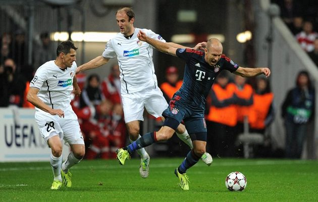 Penaltový faul Romana Hubníka (uprostřed) na Arjena Robbena během utkání základní skupiny Ligy mistrů mezi Bayernem Mnichov a Plzní.