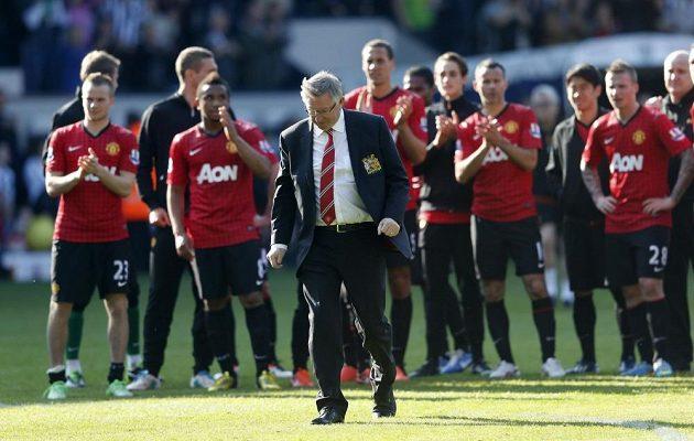 Trenér Manchesteru United Alex Ferguson míří za fanoušky, aby přijal jejich děkovný potlesk.