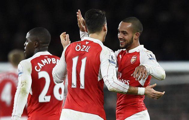 Theo Walcott (vpravo) se raduje se spoluhráči z Arsenalu z vedoucího gólu proti Manchesteru City.