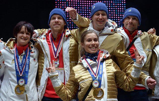 Česká rychlobruslařka Martina Sáblíková (vlevo) v Olympijském parku na Letné po návratu ze Soči.