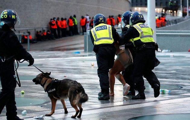 Policie kvůli násilnostem kolem finále fotbalového Eura zatkla 49 lidí.