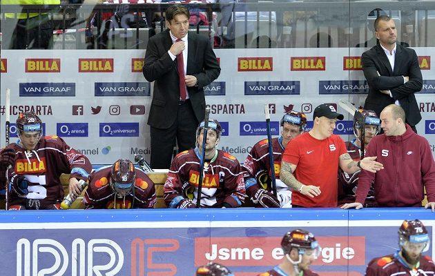 Trenér Sparty Uwe Krupp (uprostřed) na střídačce měl i v utkání s Mladou Boleslaví svým svěřencům k výkonu co říct.
