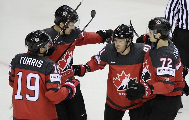 Kanadští hokejisté oslavují úvodní gól utkání s Německem