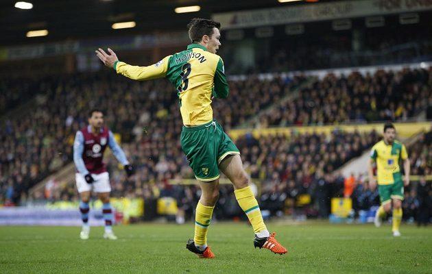 Záložník Norwiche Jonathan Howson střílí gól proti Aston Ville v pondělním duelu 19. kola Premier League.