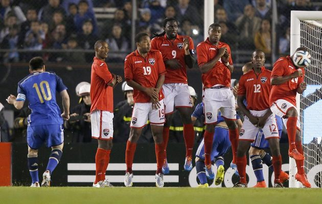 Messi (10) zahrává přímý volný kop v utkání proti Trinidadu a Tobagu.