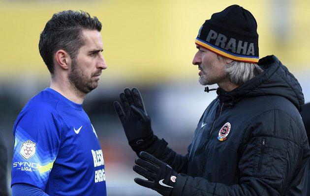 Miroslav Miller (vlevo) a trenér sparťanských brankářů Pavel Srníček během přípravného utkání s Jihlavou.
