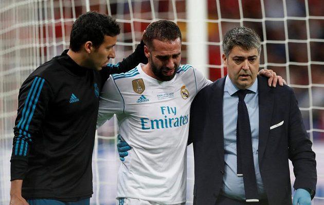 Dani Carvajal z Realu opouští kvůli zranění trávník v Kyjevě během finále Ligy mistrů.
