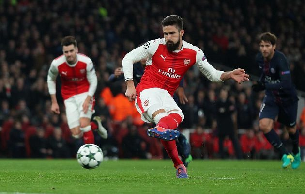 Olivier Giroud proměnil penaltu a Arsenal v nastaveném čase úvodní půle srovnal stav utkání s PSG na 1:1.