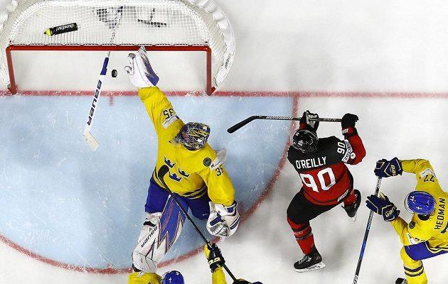 Kanaďan Ryan O'Reilly překonává ve finále MS švédského brankáře Henrika Lundqvista.