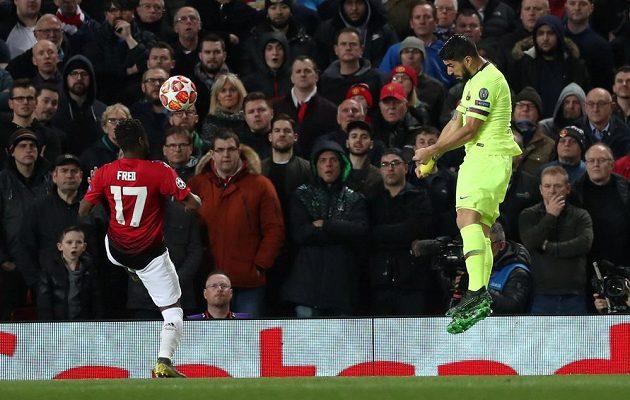 Barcelonský Luis Suárez hlavičkuje v zápase proti Manchesteru United. Balón po teči Luka Shawa skončil v bráně.
