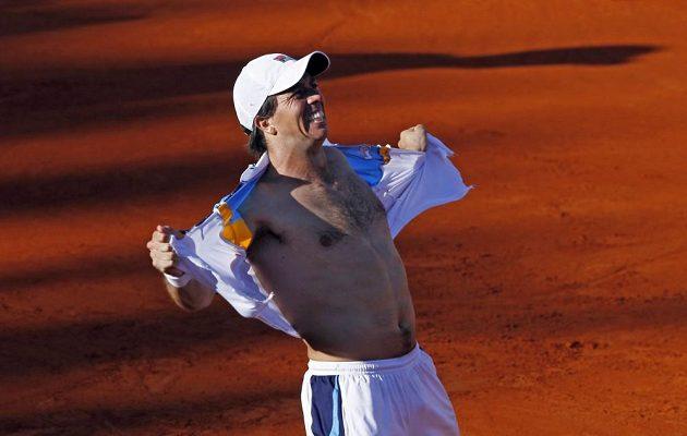 Argentinec Carlos Berlocq radostí ze životní výhry roztrhal triko.