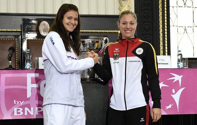 Česká tenistka Lucie Šafářová (vlevo) a Angelique Kerberová z Německa během losování finále na Staroměstské radnici v Praze.