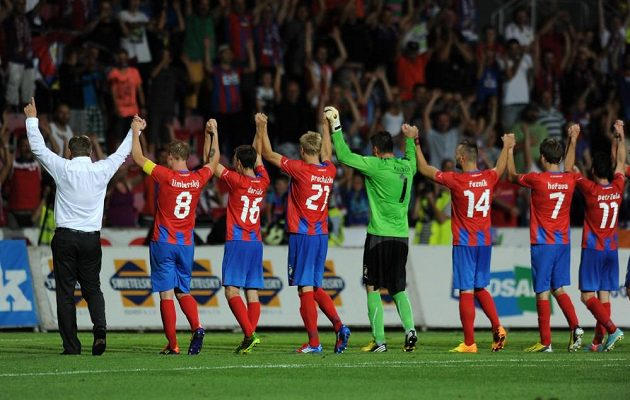 Trenér Viktorie Plzeň Pavel Vrba a jeho tým oslavuje vítězství s fanoušky po utkání s Nomme Kalju.