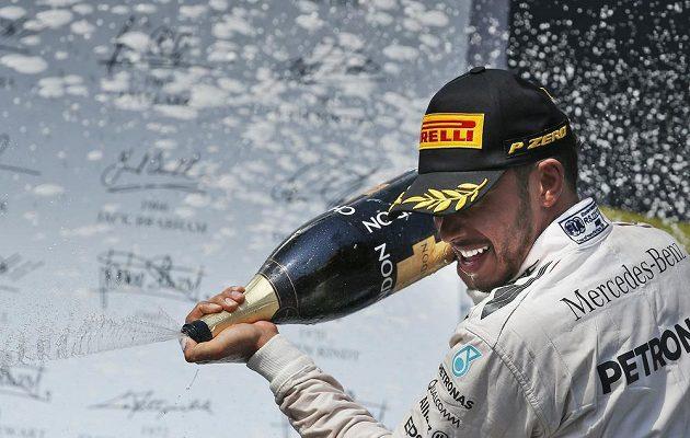 Brit Lewis Hamilton oslavuje triumf v Maďarsku.