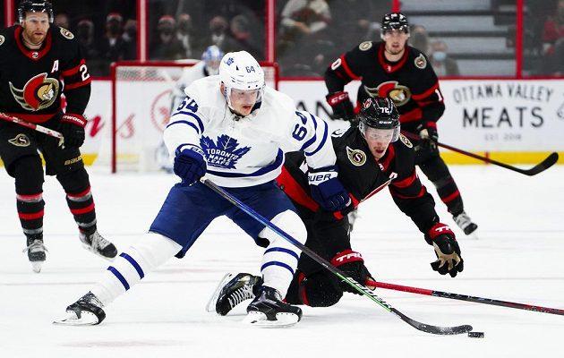 Hokejista Ottawy Senators Thomas Chabot (72) zkouší zastavit Davida Kämpfa z Toronta Maple Leafs v přípravném utkání před startem NHL.