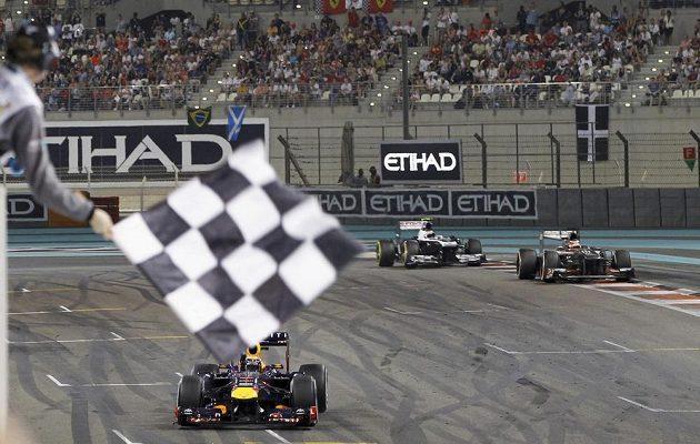 Sedmé vítězství v řadě je v kapse. Sebastian Vettel projíždí pod šachovnicovým praporkem v Abú Zabí.