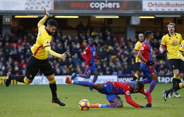 Wilfried Zaha z Crystal Palace padá v pokutovém území Watfordu.