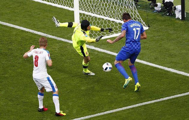 Petr Čech se k centrovanému míči nedostal, chorvatský útočník Mario Mandžukič však nabídnutou šanci nevyužil.