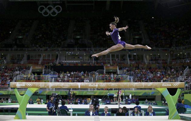 Brazilská gymnastka Jade Barbosová při víceboji.