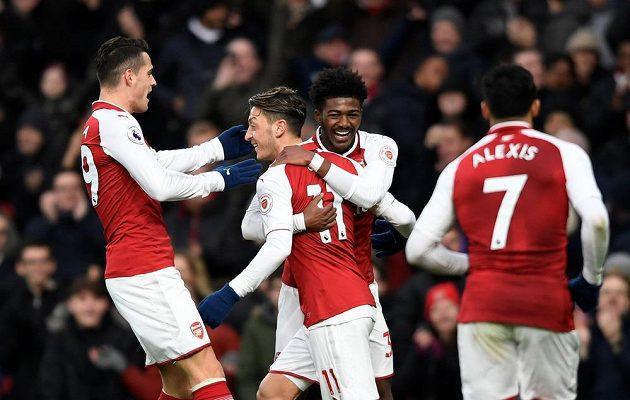 Mesut Özil (druhý zleva) zajistil svým gólem vítězství Arsenalu.