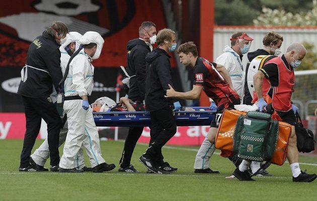 Adam Smith z Bournemouthu na nosítkách poté, co utrpěl zranění v utkání s Tottenhamem.
