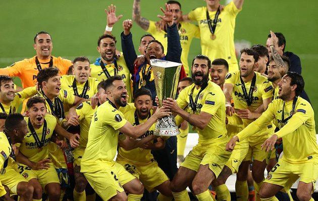 Španělská euforie. Fotbalisté Villarrealu poprvé vyhráli Evropskou ligu. Ve finále porazili Manchester United v dramatickém penaltovém rozstřelu 11:10. V normální hrací době i po prodloužení zápas skončil 1:1.