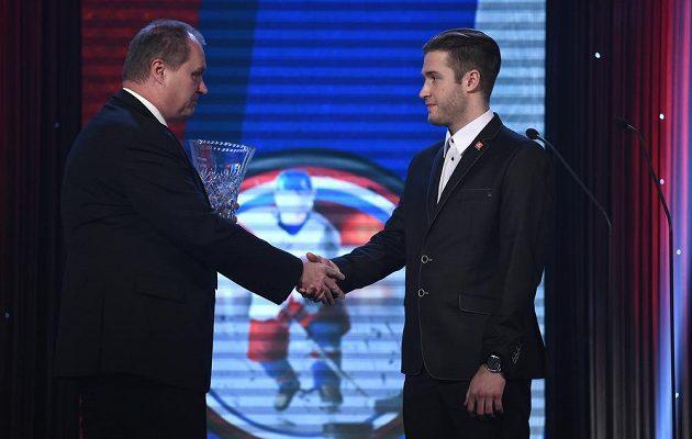 Redaktor Martin Kézr a brankář Pavel Francouz s cenou deníku Právo pro nejlepšího brankáře sezóny 2014/15 během galavečera Hokejista sezóny.