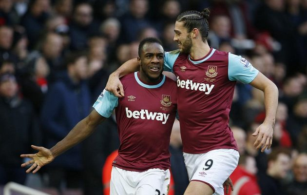 Michail Antonio (vlevo) a Andy Carroll se radují po prvním gólu West Hamu proti Liverpoolu.