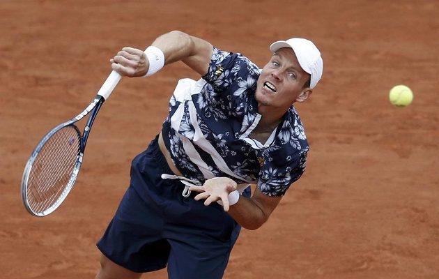 Český tenista Tomáš Berdych servíruje během osmifinálového duelu French Open proti Američanovi Johnu Isnerovi.