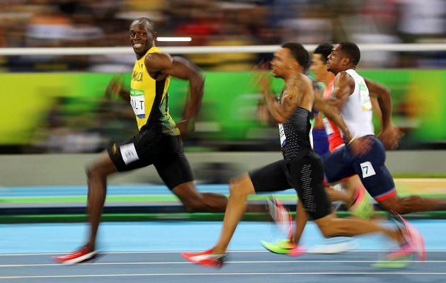 Kam se cpete, tady jsem králem já. Jamajčan Usain Bolt při semifinále stovky.
