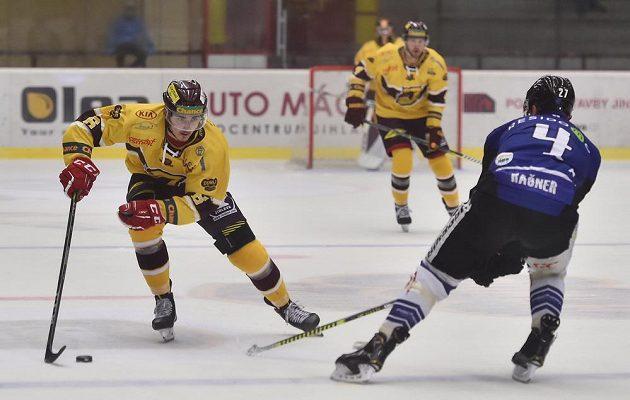 Václav Půža z Jihlavy a Alex Rašner z Havířova během utkání hokejové Chance ligy.