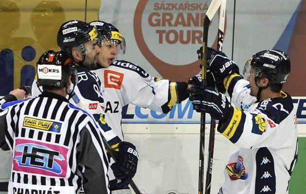 Hokejisté Vítkovic (zleva) Milan Hruška, Erik Němec a Petr Kolouch se radují z gólu proti Liberci.