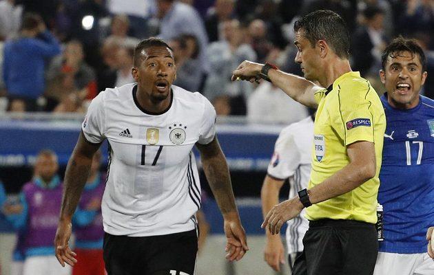 Cože, penalta? diví se německý zadák Jérome Boateng (vlevo), ale rozhodčí Viktor Kassai byl nekompromisní.