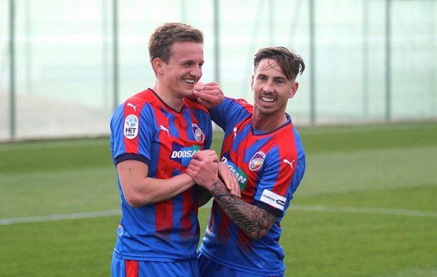 Plzeňští fotbalisté Jan Kopic s Milanem Petrželou se radují, Západočechům příprava proti polské Legii vyšla náramně.