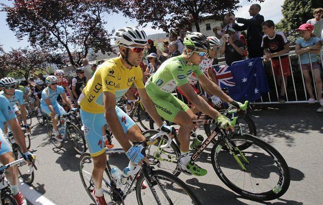 Lídr Tour Ital Vincenzo Nibali ve žlutém dresu a Slovák Peter Sagan (v zeleném) v průběhu 11. etapy.