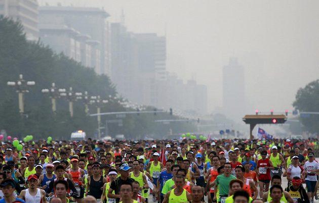 Ovzduší při maratónu v Pekingu nevypadalo ideálně.