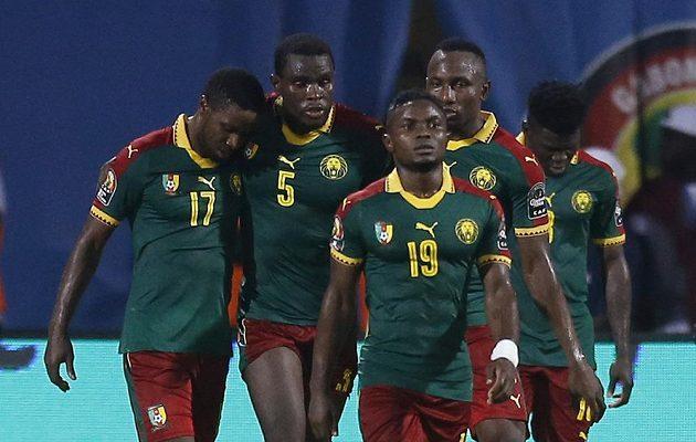 Kamerunec Michael Ngadeu-Ngadjui (5) se spoluhráči oslavuje gól proti Ghaně.