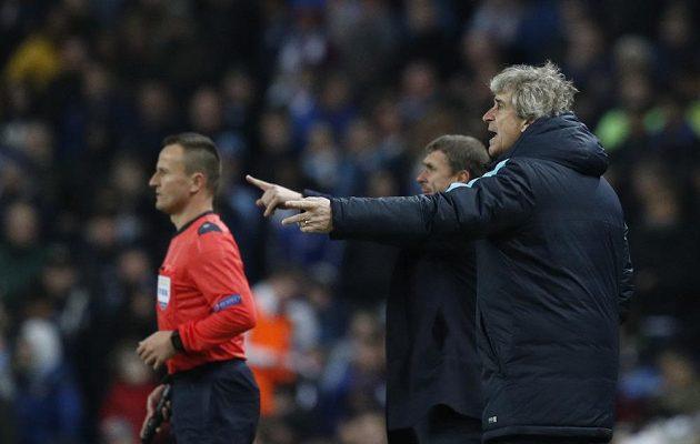 Trenér Manchesteru City Manuel Pellegrini udílí pokyny hráčům v odvetném osmifinálovém duelu Ligy mistrů s Dynamem Kyjev.